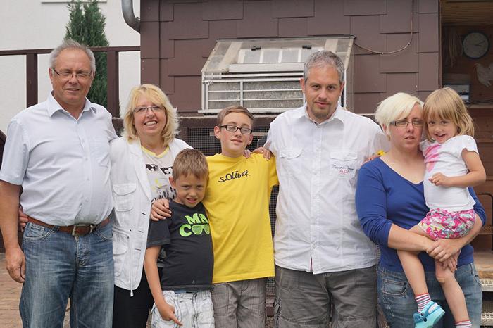 Das Team, die Familie Hebel-Heibel. Von links: Stefan Heibel, Ehefrau Carole, Connor, Marvin, Timo Hebel (für den technischen Bereich zuständig), Samantha Heibel-Hebel und Caitlin.